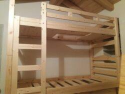 Letto a castello in legno massello di pino con linee semplici e finitura a scelta. Adatto per la casa, ma anche per il contract.